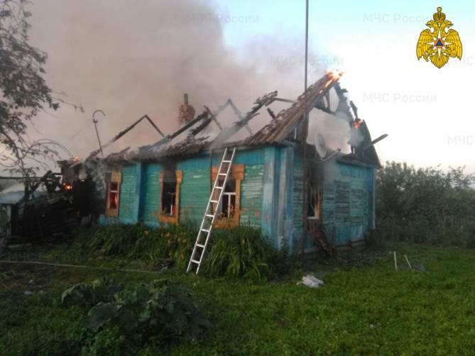 В Комаричском районе горящий дом тушили четыре часа
