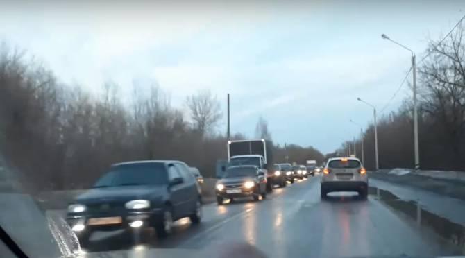 В Брянске сняли на видео гигантскую пробку на Речной