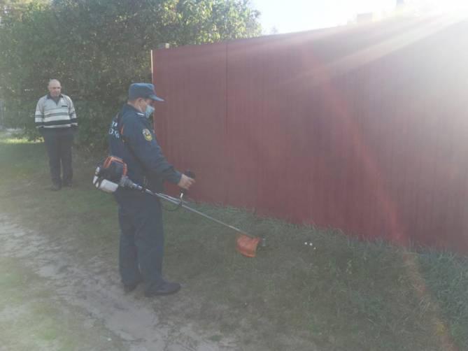 В Жирятинском районе спасатели очистили от сухой травы дворы ветеранов