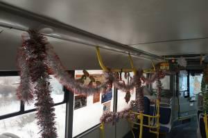 В Брянске к Новому году украсили автобус №25