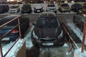 В Брянске автохам перегородил выход из подъезда на Станке Димитрова