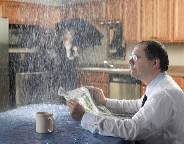 В Брянске после дождя залило квартиры в многоэтажке по улице Гоголя