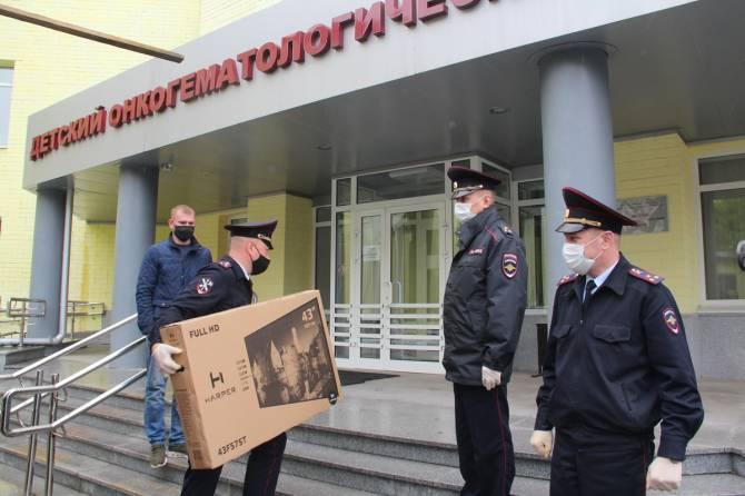 В Брянске полицейские подарили детскому онкоцентру холодильник и телевизор