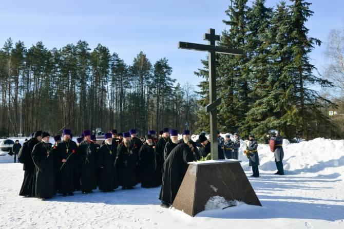 В Брянске у памятника воинам-водителям почтили память погибших солдат