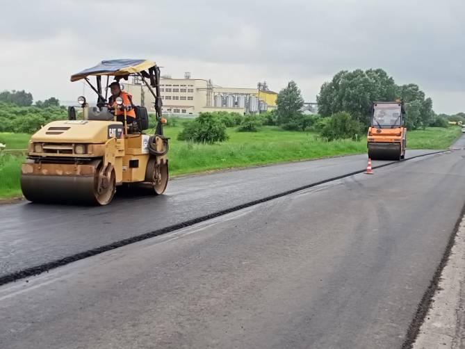 На дороге от смоленской трассы к Жирятино уложили износостойкий асфальт