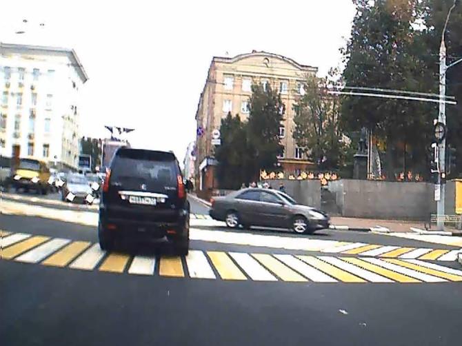В Брянске на проспекте Ленина водитель «Lexus» дважды подряд проехал на красный