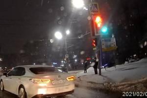 В Брянске Toyota с номером 002 проехала перекресток на красный