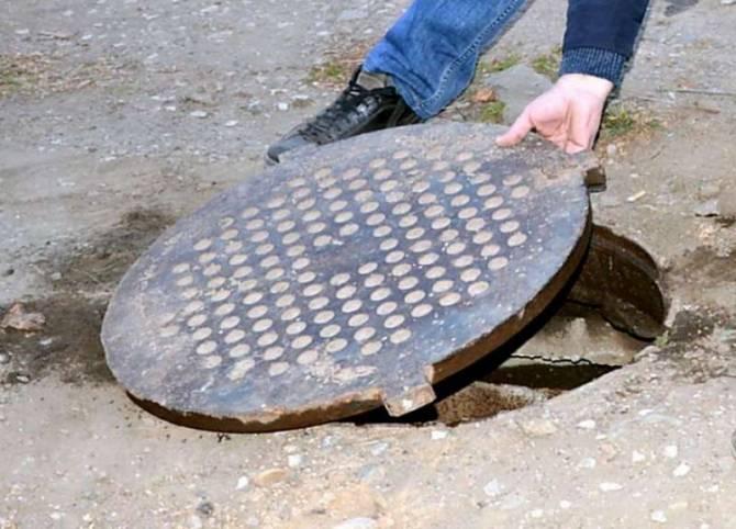 Двух жителей Погара осудят за кражу 3 крышек канализационных люков