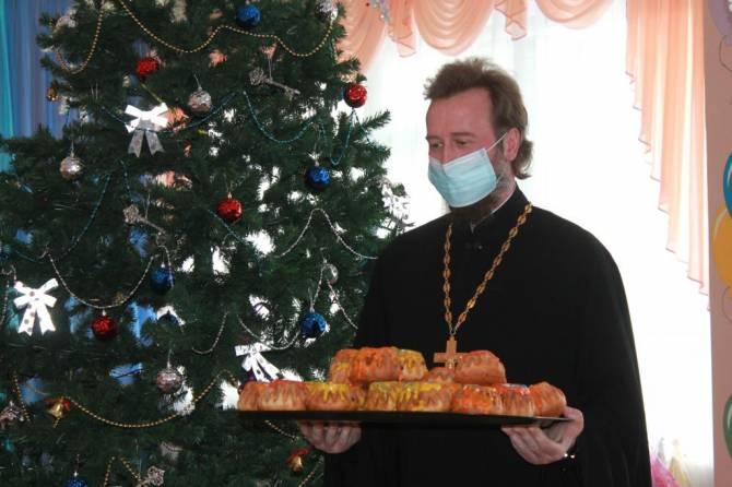 В Карачевском районе священники устроили праздник в школе и детсаду
