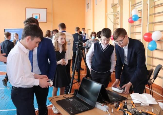 Детям из брянских райцентров показали квадрокоптеры и роботов