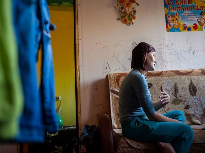 Чиновники из Сельцо в разгромленную квартиру с долгами заселили сироту