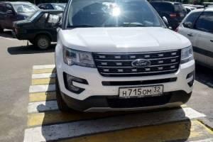 В Брянске возле «БУМ-сити» сняли на фото мастера парковки