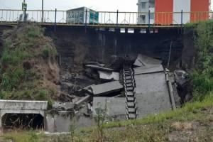 В Брянске укрепляют размытую ливнем дамбу
