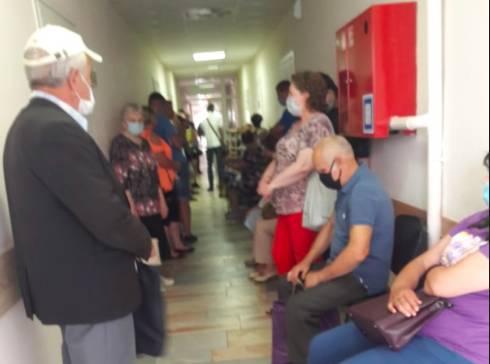 В Брянской поликлинике выстроилась огромная очередь к травматологу