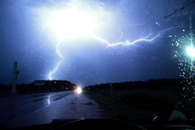 Брянцев предупредили о грозах и порывистом ветре во вторник