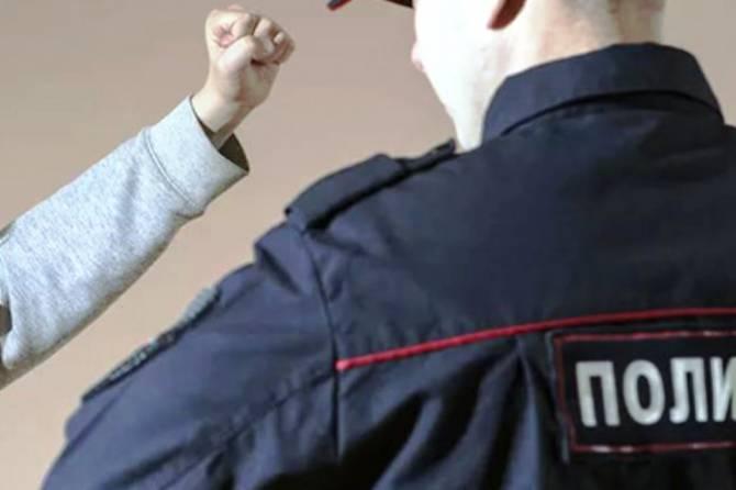 В Брасово пьяный дебошир ударил по голове полицейского