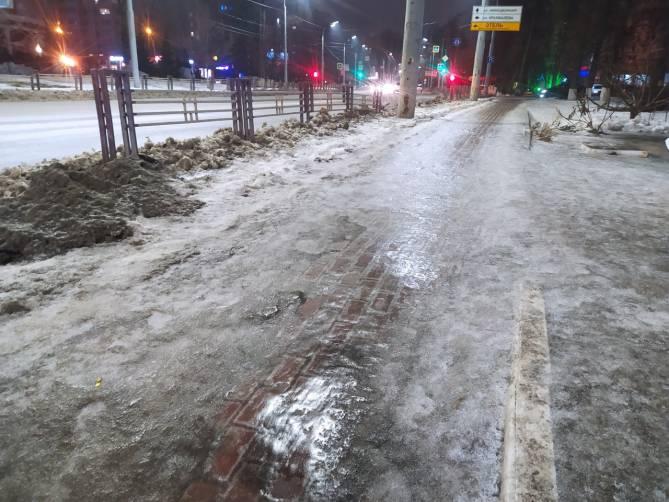 В Брянске тротуар по улице Дуки покрылся ледяной глазурью