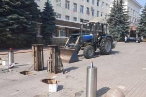 В Брянске устроили чистку столбиков у правительства Богомаза