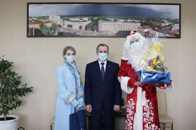 Мэр Брянска не рискнул лично принести новогодние подарки детям