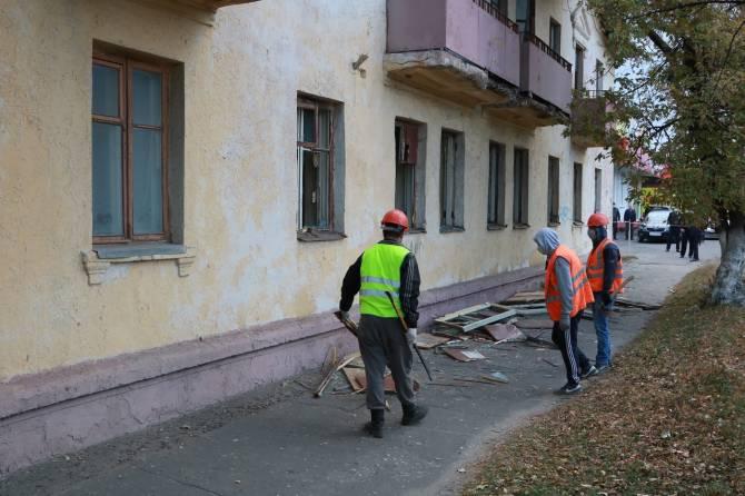 В Брянске чиновники пытаются уговорить женщину покинуть аварийный барак