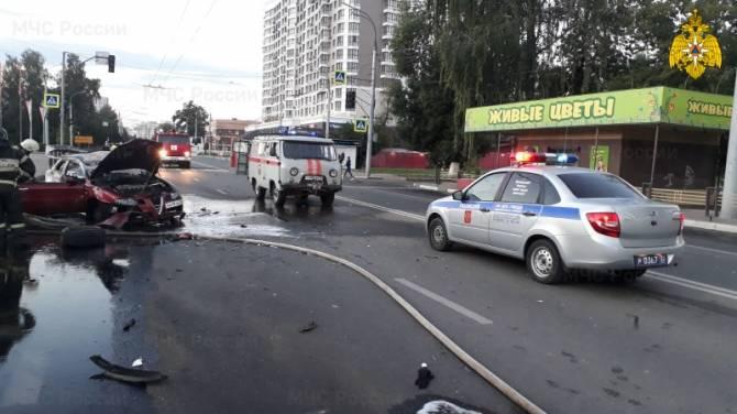 В Брянске после ДТП на Кургане Бессмертия загорелась легковушка