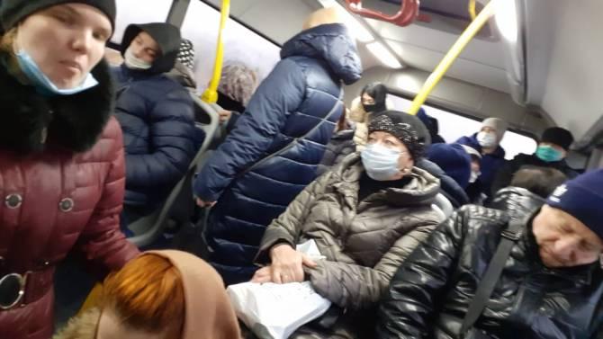 Брянца огорчили пассажиры-безмасочники в автобусе №106