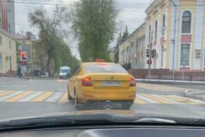 В Брянске таксист-торопыга на перекрестке заехал на пешеходный переход