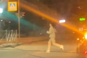 В Брянске орущая девушка устроила забег по дороге у «БУМ Сити»