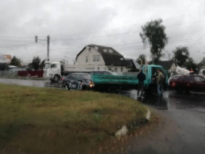 В Брянске водитель такси «Uber» врезался в грузовик