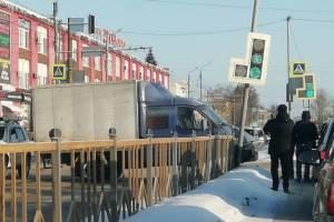 В Брянске сняли на видео наезд «Газели» на светофор