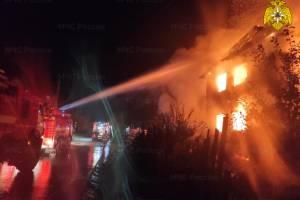В Брянске сгорели жилой двухэтажный дом и хозпостройка