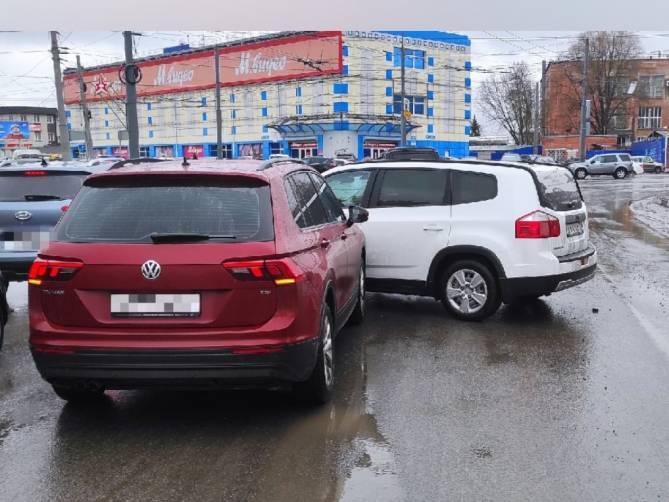 В Брянске на Полтиннике столкнулись две легковушки