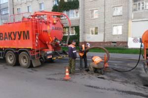 В Брянске пытаются очистить ливнёвку возле Бежицкого рынка