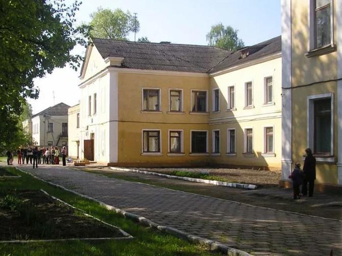 В Брянске после обрушения потолка в школе №33 двое детей получили ссадины