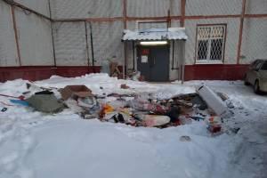 Жители Брянска устроили свалку перед опорным пунктом полиции