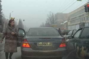 В Брянске водителя ВАЗ повело в зад Мерседеса автоледи