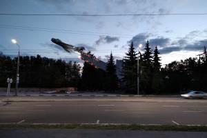 В Брянске памятник летчикам теряет остатки иллюминации