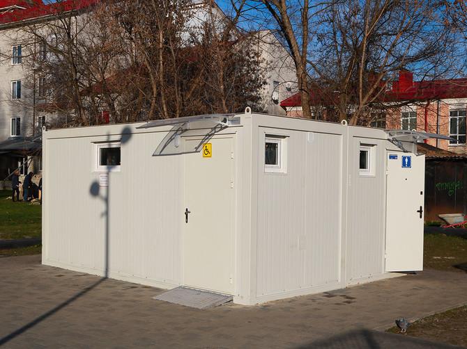 В Брянске сломали антивандальный туалет в Майском парке