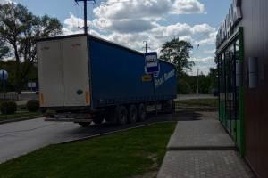В брянском поселке дальнобойщик решил припарковаться на автобусной остановке