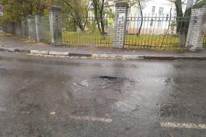 В Брянске на улице Трудовой водителей поджидает опасный люк