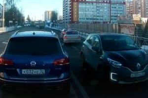 Брянскому водителю Renault предложили выбросить свои права