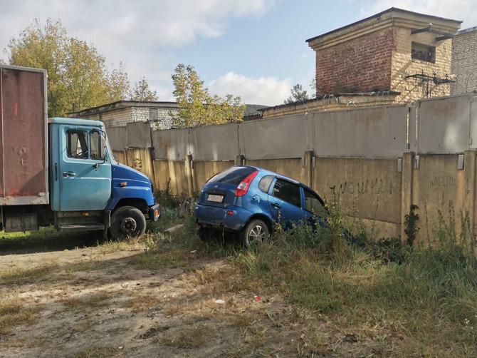 В Брянске на улице Свободы легковушка протаранила бетонный забор