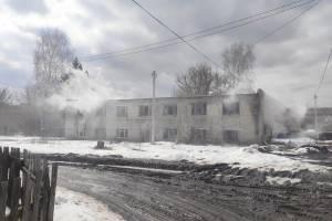 В поселке Локоть пожарные потушил возгорание в заброшенном общежитии