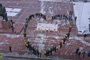 Женщин Брянска поздравили огромным сердцем на главной площади