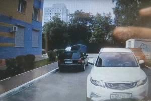 В Брянске автохам заблокировал дорогу ехавшей на вызов скорой