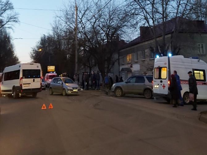 В Брянске 4 человека ранены в массовом ДТП с маршруткой