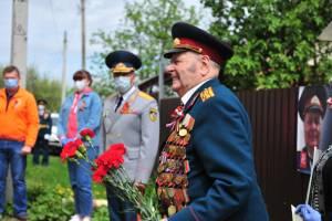 В Брянске у дома ветерана прошел парад ко Дню Победы
