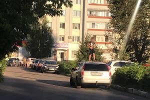 В Брянске ребенок залез на крышу универсала Ford