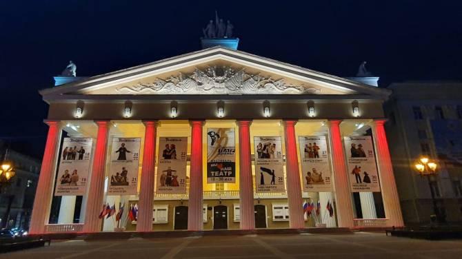 В Брянске учреждения культуры украсили ярко-красной подсветкой
