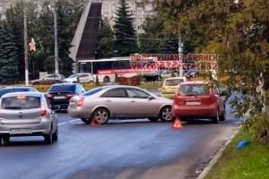 В Брянске у Самолёта столкнулись две легковушки